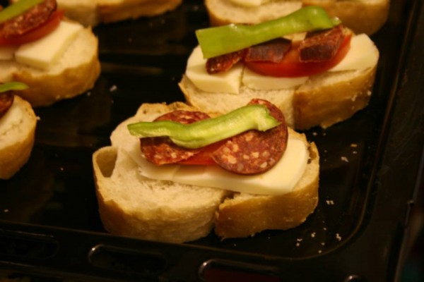 Bayat ekmek değerlendirmenin en lezzetli yoluFırında sucuklu ekmek dilimleri