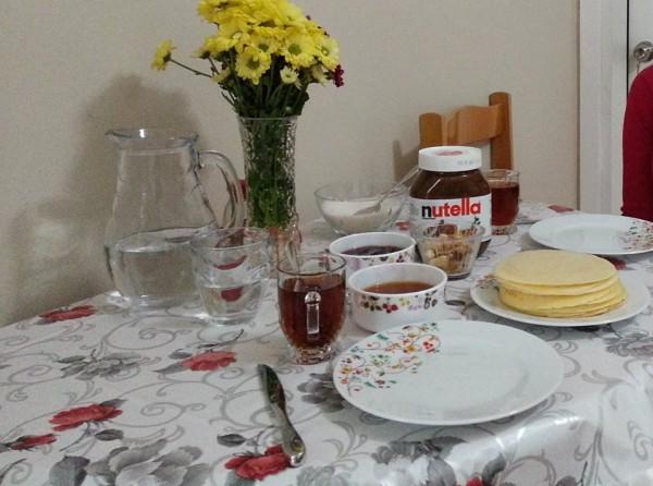 Cansu ile ev oturmacasıSıcak krep, bal, nutella ve çilek reçeli