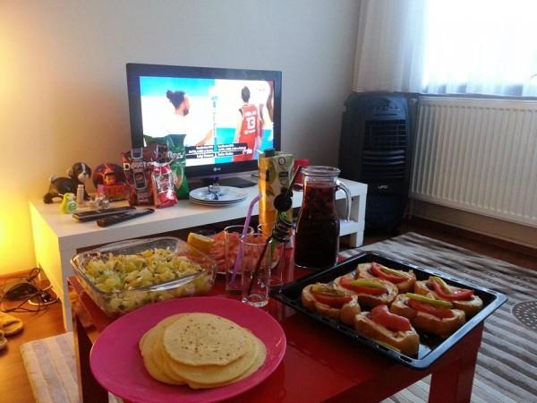 Zamanın birinde Ersin'in evinde maç keyfiPatates salatası,Sangria, krep ve fırında sucuklu ekmekler